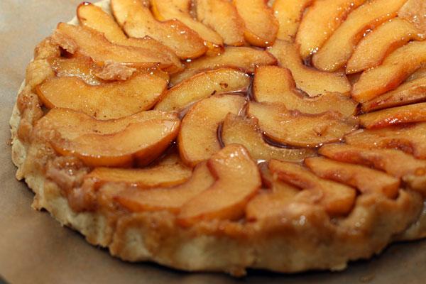 Готовый пирог немного остудите, а затем переверните на широкую тарелку, чтобы айва оказалась сверху.