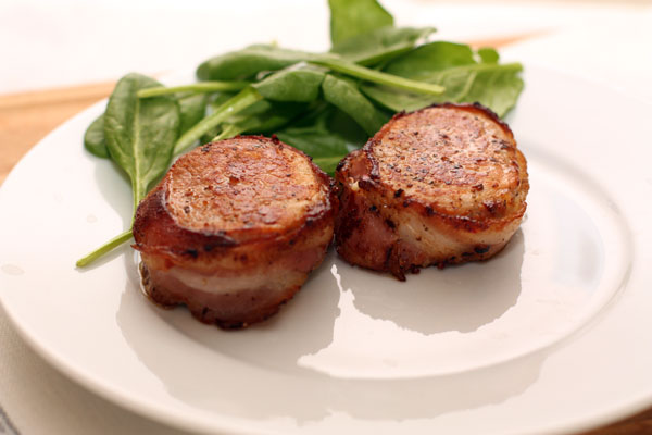 Мясо выложите на тарелку из расчета 2 куска на порцию, к нему подайте соус. Удачным гарниром будет вареный, жареный картофель или овощи.