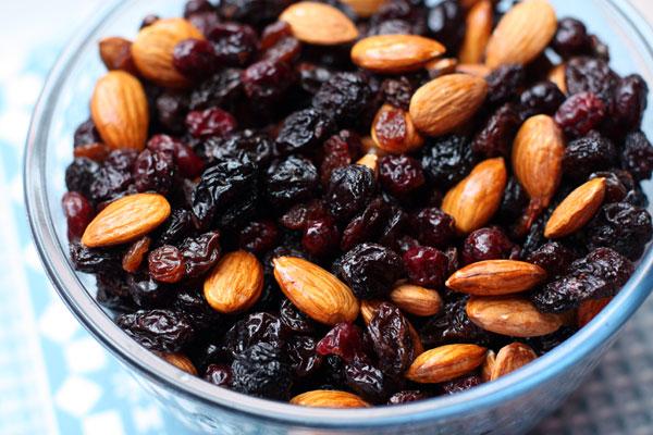 Замочите сухофрукты в роме на полчаса, затем добавьте орехи и перемешайте.