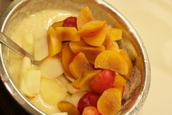 Замешиваем тесто,нарезаем фрукты,перемешиваем.  Выливаем тесто в форму,смазанную маслом и присыпанную манкой или сухарями.    Сливы можно заменить на персики,нектарины,бананы и пр.