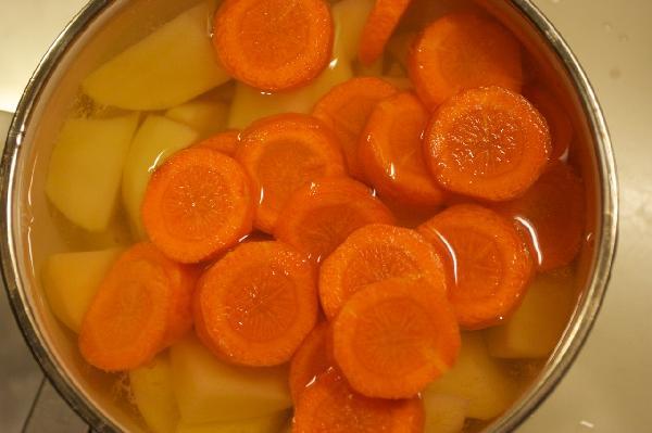 Нарезать овощи дольками и отварить до полуготовности в подсоленой воде.  Пока овощи варятся,готовим соус:смешиваем муку с молоком (можно посолить немного) и доводим до кипения. Постоянно мешаем,иначе или пригорит, или убежит.