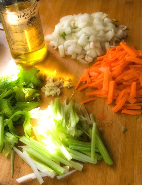 Подготовим наши овощи. Они будут играть одну из основных нот в соусе болоньезе. Сельдерей и морковь нашинкуем жульеном, порежем лук  средними шашками, а чеснок порубим пластинками . Листья сельдерея нам могут пригодиться на заключительном этапе, когда соус будет практически готов.