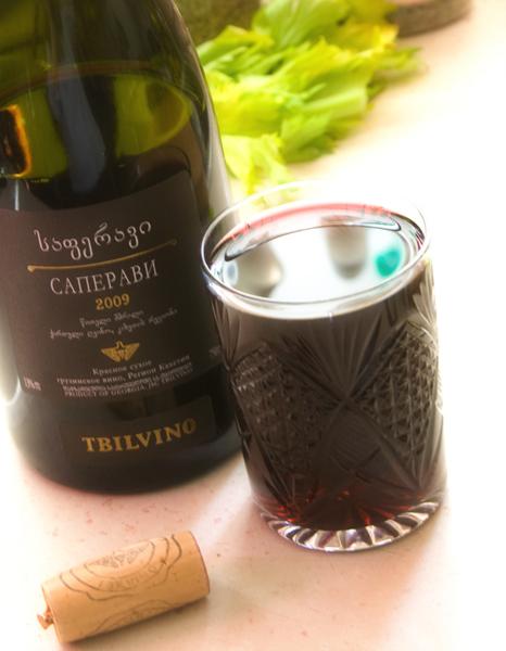 Как только мясо и ветчина начнут подрумяниваться, добавляем стакан сухого красного вина. Если сухого вина у Вас нет, не беда. Можно добавить и полусухое красное. Алкоголь выпаривается быстро, но оставляет необходимый вкус.