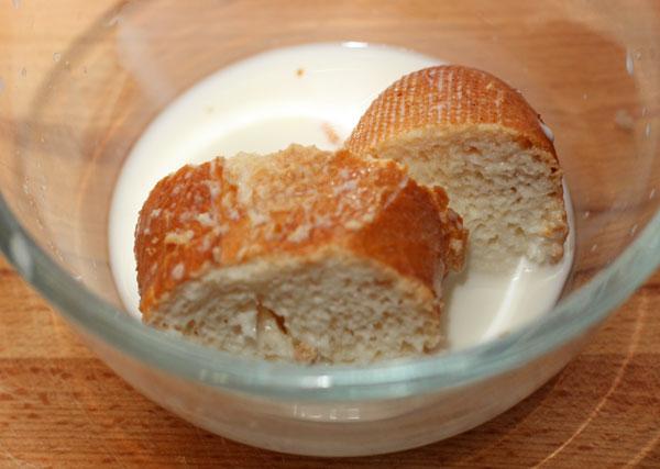 Подсохший хлеб замочите в молоке на 10-15 минут, чтобы он полностью пропитался молоком и размок.