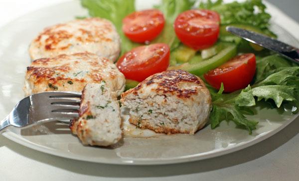 Подавайте теплыми со свежими овощами и зеленью.