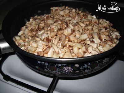 Добавим грибы, посолим, жарим до полного испарения жидкости 15-20 мин.