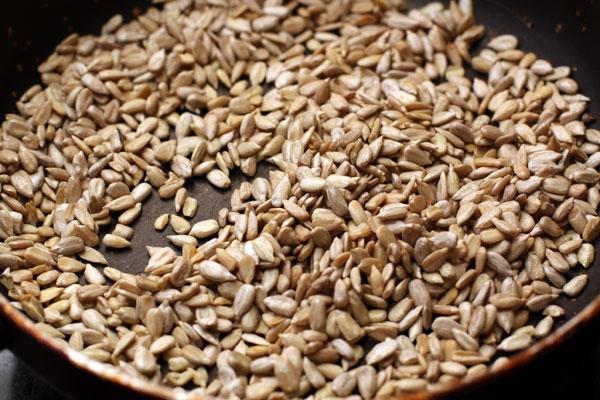 Очищенные семечки слегка подсушите на сковороде до тех пор, пока они не начнут потрескивать.