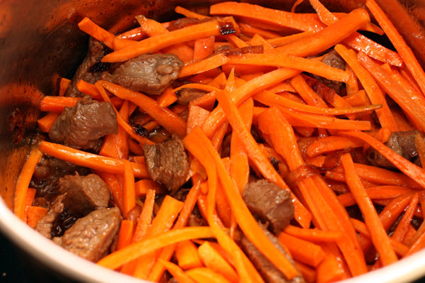 Теперь очередь моркови. Ее надо готовить до мягкости. Моя знакомая узбечка, которая и демонстрировала этот рецепт, говорит, что в идеале нужна желтая морковь, которая лучше сохраняет форму при приготовлении.