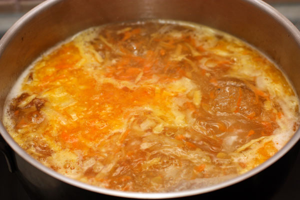 Положите овощи в суп, посолите и продолжайте варить на небольшом огне.