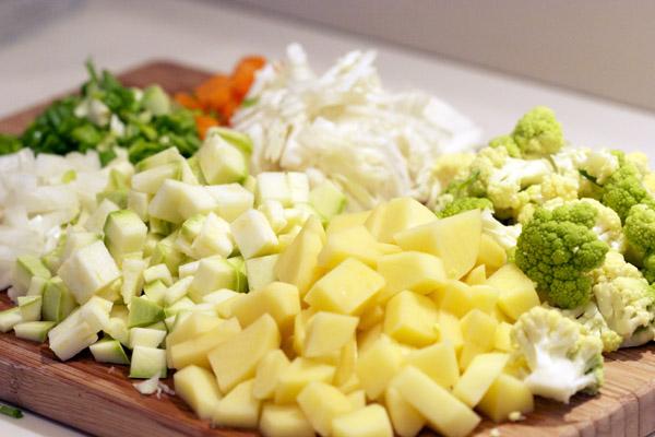 Нарезаем овощи кубиками.