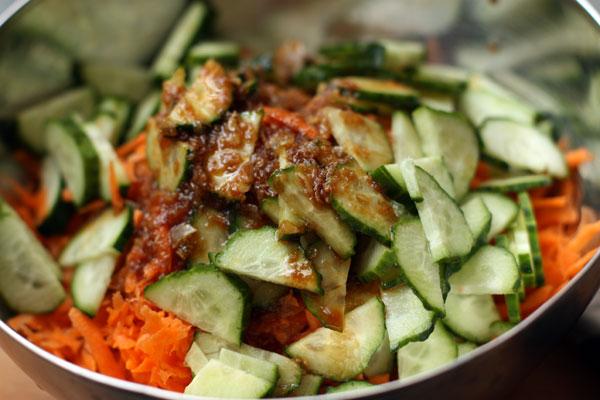 Вылейте заправку в салат, перемешайте и дайте постоять полчаса в прохладном месте.