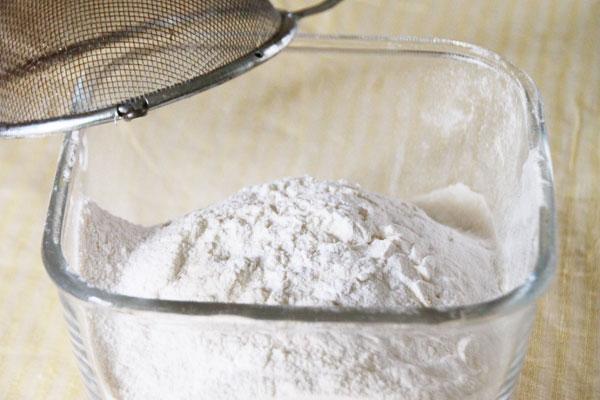 В другой миске смешайте муку (2,5 стакана), чайную ложку разрыхлителя и соль.