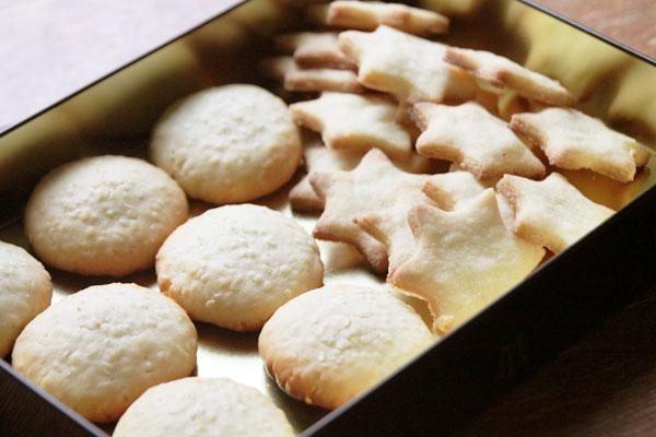 Выпекайте печенье около 10 минут в заранее разогретой духовке при 200°. Остудите и... угощение готово! :)