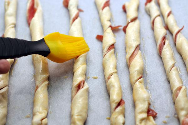 Каждую спираль смазать взбиты яйцом и поставить в разогретую до 190 градусов духовку.