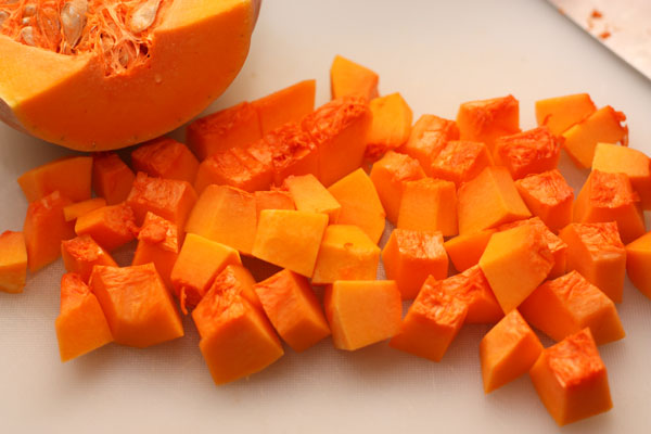 Тыкву очистите, вычистите семена, а мякоть порежьте кубиками с ребром 1-1,5 см.