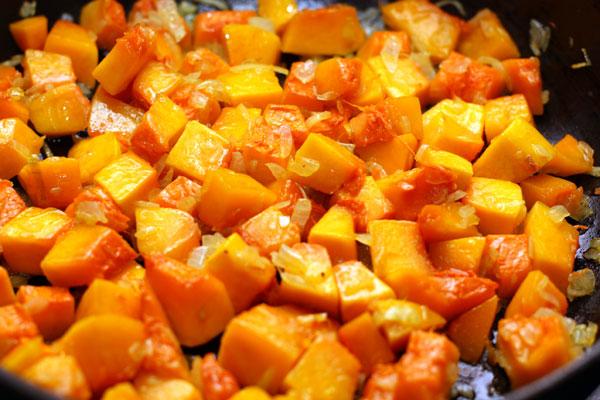 Мелко нарезаный лук спассеруйте на оливковом масле до прозрачности, затем добавьте тыкву и готовьте на небольшом огне около 15 минут, пока тыква не станет мягкой.