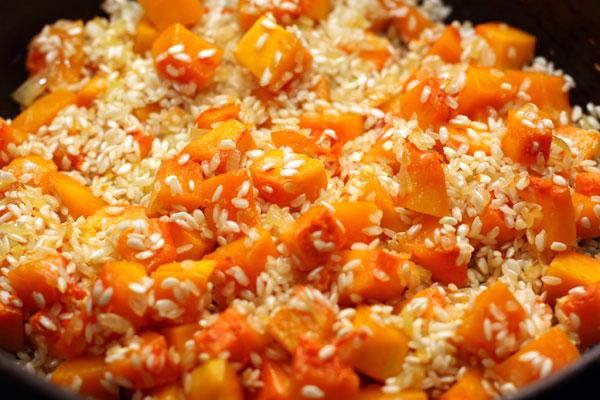Всыпьте рис, перемешайте и готовьте 3-4 минуты.