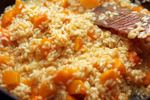 Подливайте бульон до тех пор, пока он не кончится, а рис не станет мягким, но плотным внутри.