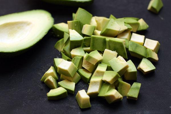 Авокадо очистите и нарежьте кубиками. Если вы готовите салат заранее, режьте авокадо перед самой подачей салата, чтобы сохранить его свежий цвет.