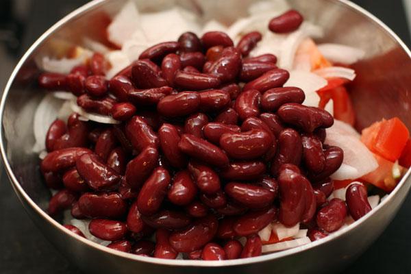 Нарезанные овощи сложите в миску, добавьте фасоль. В оригинале должна быть фасоль «черный глаз», но можно брать и другие сорта.