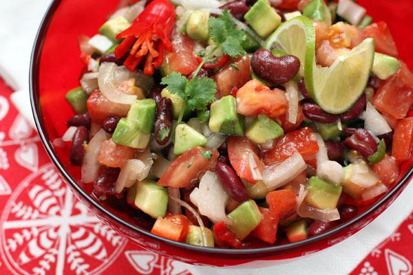 Для заправки смешайте все ингредиенты, тщательно размешайте и полейте ей готовый салат незадолго до подачи на стол.