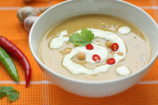 Подавайте горячий суп с холодной заправкой, украсив кусочками чили и листьями кинзы.