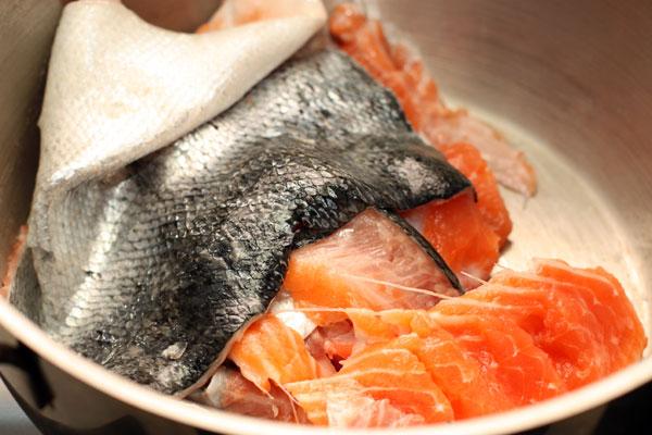 Возьмите рыбу и отделите филе. Шкуру, кости и плавники (если есть голова, то ее тоже) сложите в большую суповую кастрюлю.