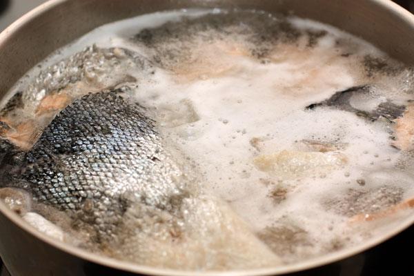 Залейте рыбу холодной водой (3-3,5л) и доведите до кипения на большом огне. Тщательно снимайте образующуюся пену до тех пор, пока она не перестанет появляться.