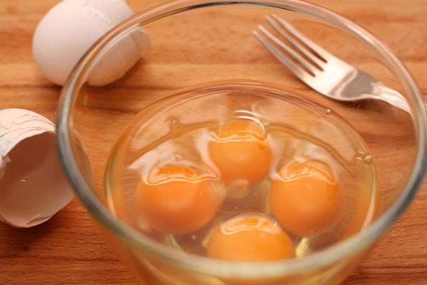 Разбейте яйца в миску, посолите и слегка взбейте вилкой, чтобы получилась однородная смесь.