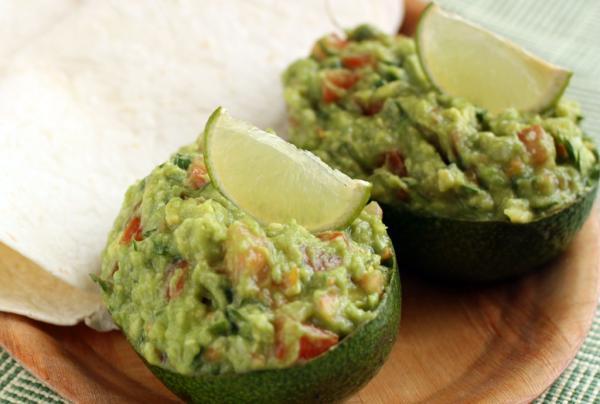 Подают гуакамоле обычно с тортильями. Можно эффектно подать закуску в половинках авокадо.
