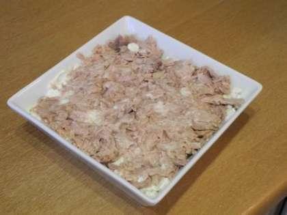 Выложить в салатницу слой тунца