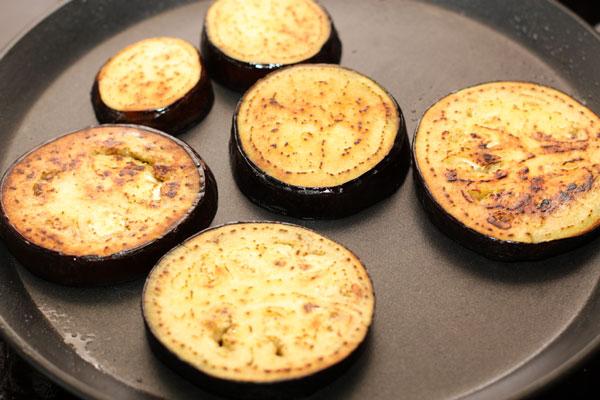 Обжарьте баклажаны до золотистого цвета и мягкости с обеих сторон на небольшом огне.