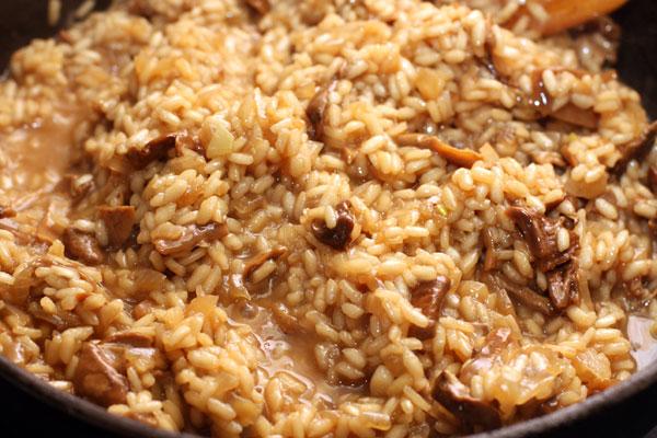 Готовьте до тех пор, пока рис не станет достаточно мягким. Добавьте немного соли, но помните, что предстоит добавить пармезан, который тоже довольно соленый.