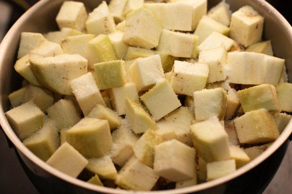 Баклажаны очистите, нарежьте кубиками примерно 2х2 см, посыпьте солью и оставьте так на 15-20 минут.