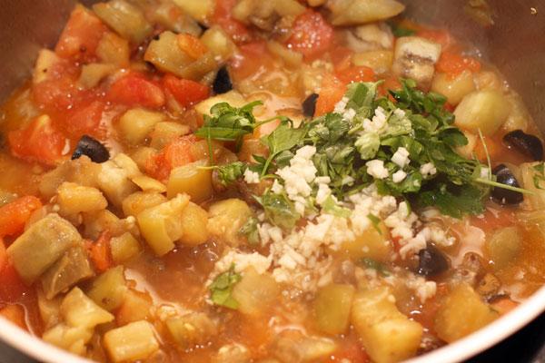 За пару минут до готовности добавьте мелко нарезанный чеснок и петрушку (можно взять также базилик), посолите и поперчите по вкусу. Обратите внимание, что количество соли зависит от солености маслин и каперсов, поэтому не добавляйте соль раньше.